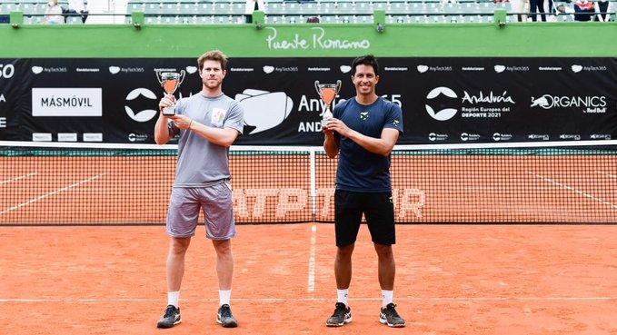 Ariel Behar y Gonzalo Escobar con el trofeo de dobles. (Fuente: Twitter @AndaluciaOpen)
