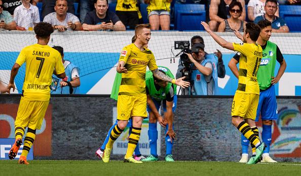 Reus comemora com os colegas o seu gol de empate (Alexander Scheuber/Bongarts/Getty Images)