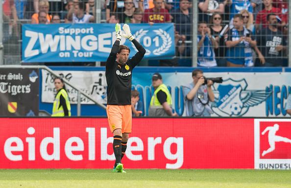 Weidenfeller agradece o apoio da torcida na sua última partida (Alexandre Simoes/Borussia Dortmund/Getty Images)