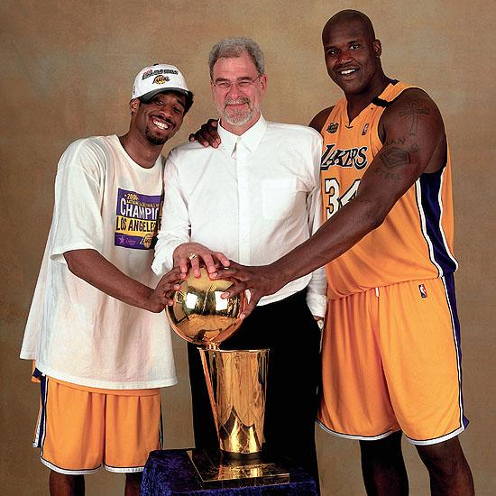 Kobe (esquerda), Phil Jackson (centro) e Shaquille O'Neal (direita) com o troféu de campeão, o primeiro do tricampeonato que viria a seguir (Foto: Getty Images)