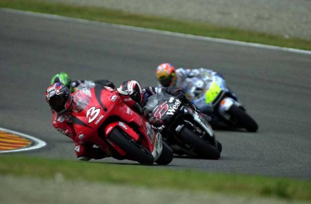 Biaggi lideró durante varias vueltas en la primera parte de la carrera. Foto: MotoGP Fan (twitter)