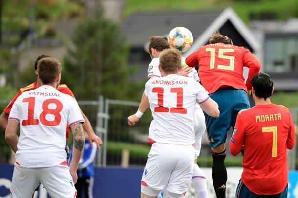 Ramos cabecea el balón y marca el primer gol /Foto: UEFA