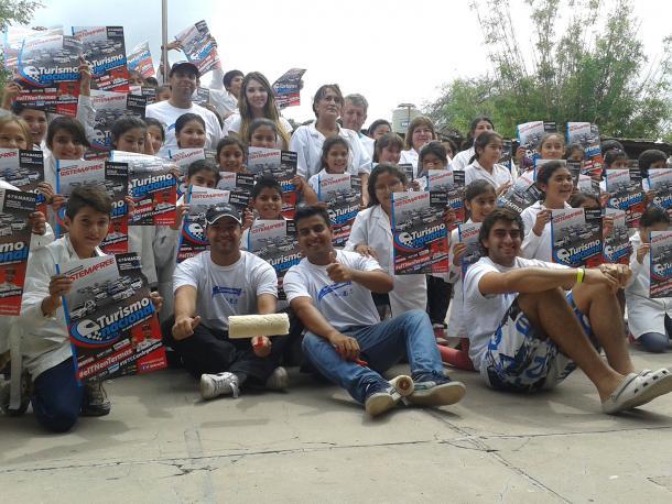 Amadis Farina, Pablo Ortega y demás pilotos posando junto a los alumnos de la Escuela Nro. 81 Primera Junta en Termas de Río Hondo. Foto: APAT.