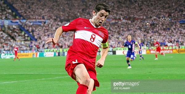 Nihat vestido de rojo defendiendo a la selección de su país. | Foto: Getty Images