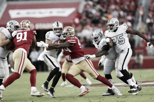 Derek Carr recibió hasta 8 sacks en este partido | Foto: 49ers.com