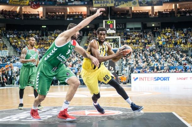 Lo scontro tra Udoh (Fenerbahce) e Bouroussis (Laboral) - Euroleague.net