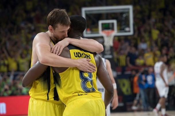 L'abbraccio tra Udoh e Vesely a fine gara - Foto Turkish Airlines EuroLeague