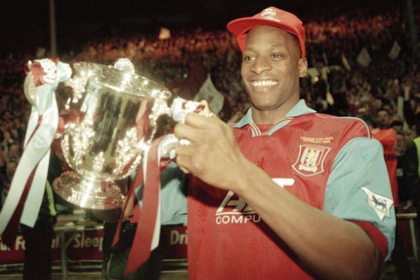 Ugo levantó la Copa de la Liga con el Aston Villa en 1996 | Foto: AVFC