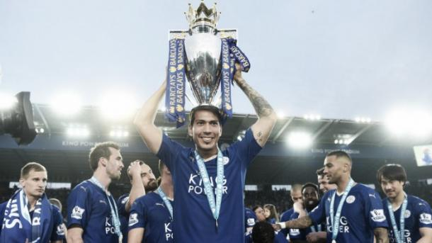 Ulloa con el título de la temporada pasada. Foto: Leicester City