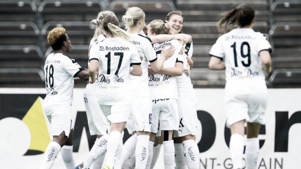 Umeå celebrate a goal in the Damallsvenskan. | Photo: svenskfotboll.se