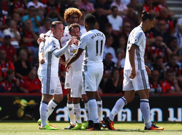 Jogadores comemoram gol marcado por Rooney (Foto: Divulgação Manchester United)
