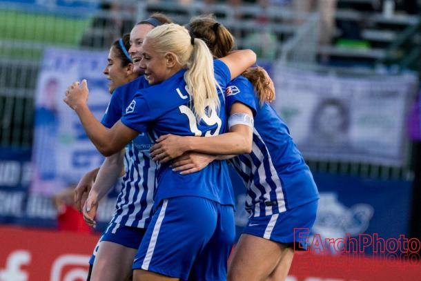 Leon celebrates a goal with her teammates. | Source: EarchPhoto