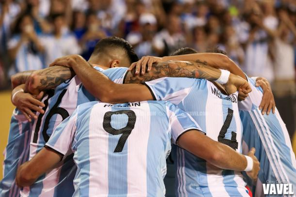 The Argentinean players huddling up before a match in the Copa America Centenario group stages. Photo provided by VAVEL USA.