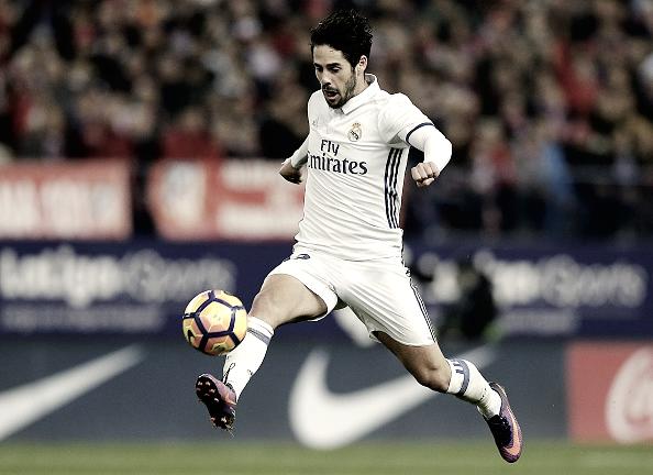 Isco Alarcón conduciendo el esférico | Foto: Página web Real Madrid