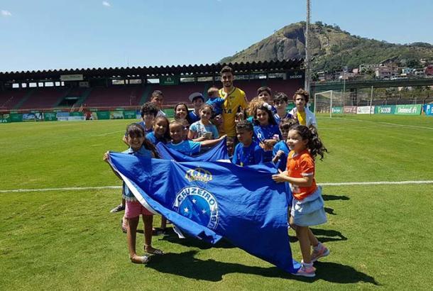 Goleiro Rafael foi bastante ovacionado pelas crianças capixabas (Foto: Divulgação/Cruzeiro)