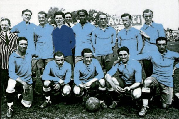 Jose Pedro Cea, abajo, segundo por la derecha, en el Uruguay campeon de America 1923 | Foto: Conmebol