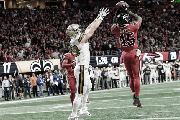 El linebacker Deion Jones se perdió gran parte de la temporada por lesión. Su presencia es clave en esta defensiva. (Imagen:Falcons.com)