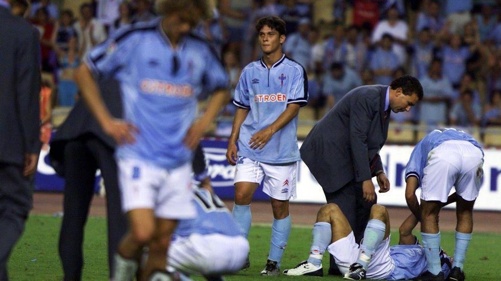 Los jugadores del Celta desolados tras perder la final de la Copa del Rey 2000/01. Foto: Óscar Vazquez (La Voz de Galicia)