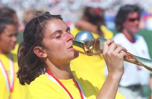 Mia Hamm celebrando la victoria frente a China en la edición de 1995   Foto: FIFA.com