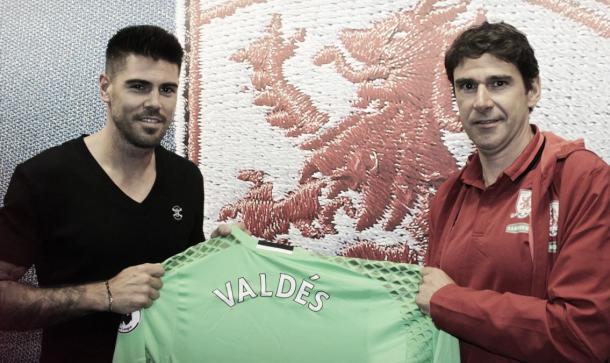 Victor Valdes poses with new manager Aitor Karanka | Photo: Middlesbrough FC