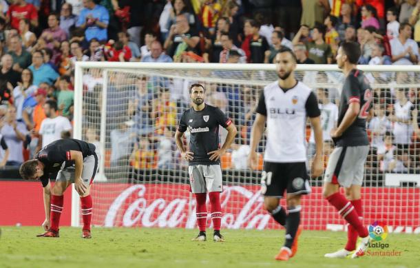 Los jugadores del Athletic se lamentan tras un gol del Valencia | Fotografía: LaLiga