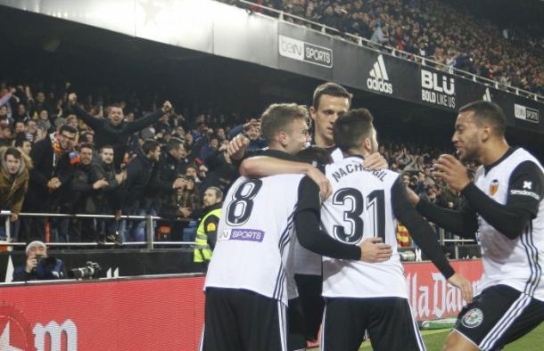 Jugadores del Valencia celebran un gol ante el Las Palmas. / Foto: LaLiga