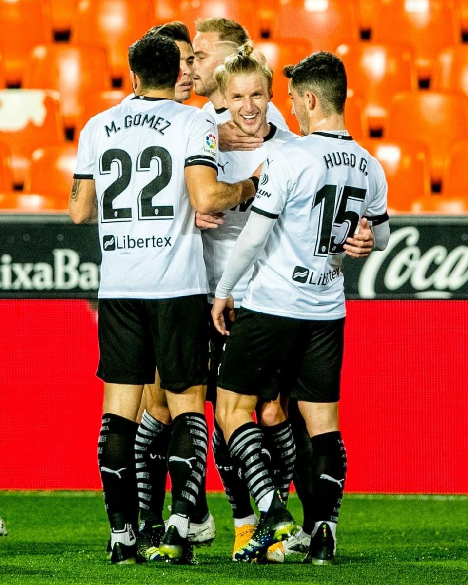 Hugo Guillamón, Maxi Gómez y Wass celebran juntos un gol en Mestalla. |Foto: @Valenciacf