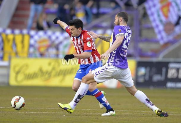 Sergio Álvarez es presionado por un jugador del Valladolid en la temporada 2014/15 | Imagen: LaLiga