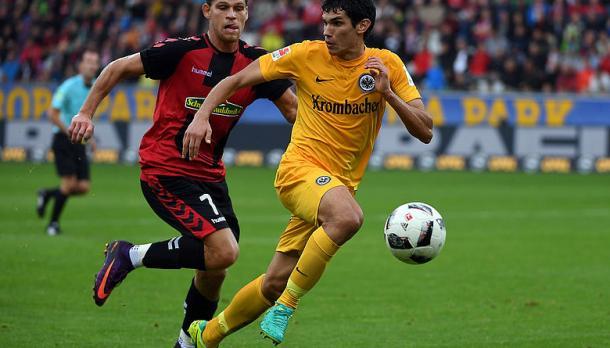 Jesús Vallejo protege el balón ante la presión | Foto: Eintracht Frankfurt
