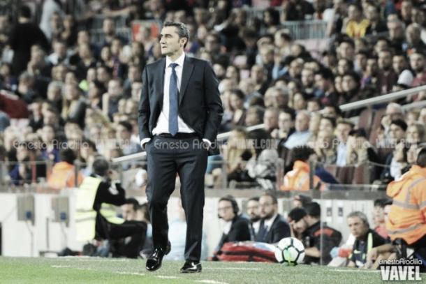 Ernesto Valverde observando el partido del FC Barcelona | Foto: VAVEL