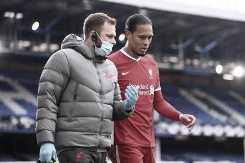 Van Dijk se retira de Goodison Park lesionado. Foto: Premier League.