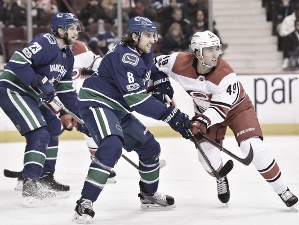 Alex Edler y Chris Tanev en labores defensivas | Foto: Vancouver Courier