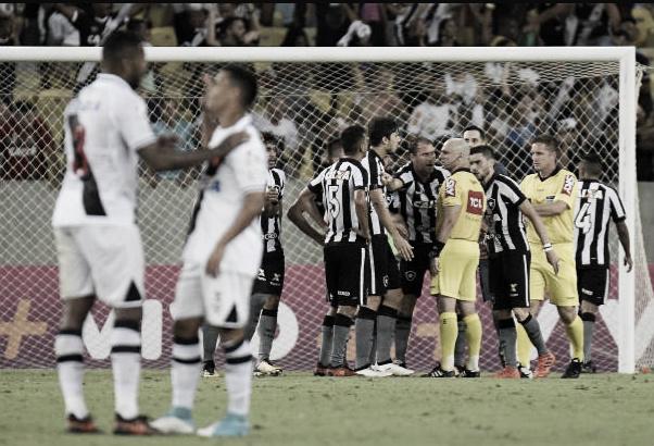 Jogadores do Botafogo reclamam do gol validado para o Vasco (Foto: Alexandre Loureiro/Getty Images)