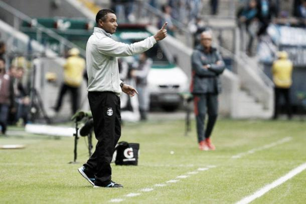 Roger Machado busca a primeira vitória fora de casa. (Foto: Divulgação/Grêmio)