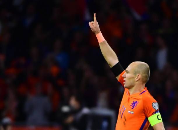 Aplaudido de pé pela torcida, Robben marcou os dois gols que deram a vitória sobre a Suécia (Foto: Getty Images Sport/VI-Images)