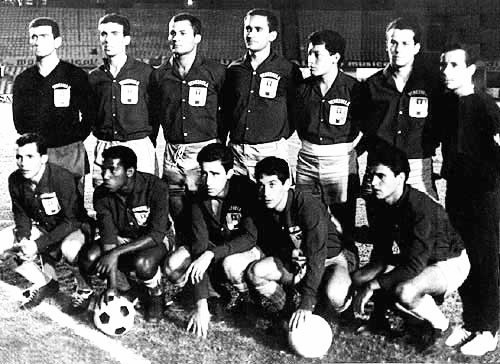 Argenis Tortolero (abajo y a la izquierda) en un partido con la selección.