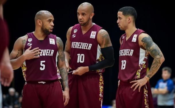 Gregory (#5) y Jose Vargas (#10) junto a Heissler Guillent (#19) / Foto: FIBA