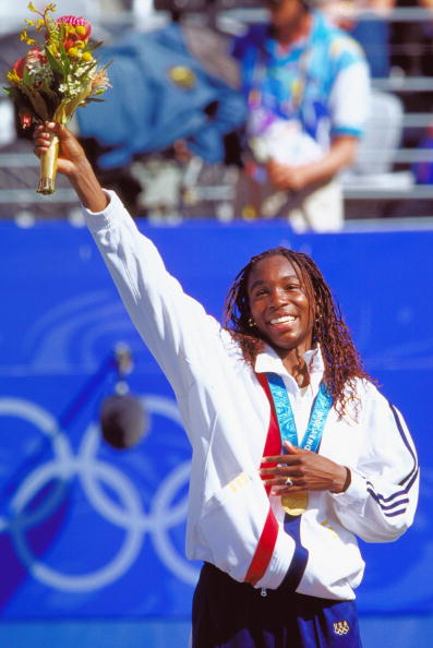 Williams smiles with her Olympic Gold medal at the Sydney Olympics in 2000 (Photo by Clive Brunskill / Source : Getty Images)
