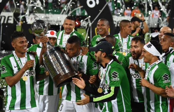 Miguel Ángel Borja, besa la Libertadores, que lo tuvo como estrella en las últimas instancias. | Foto: AFP