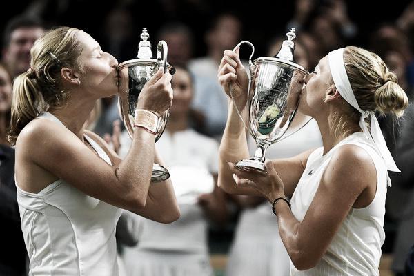 Makarova y Vesnina posan con sus respectivos trofeos como campeonas de Wimbledon. Foto: zimbio.com