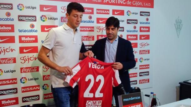 Luciendo el dorsal 22 en su presentación con el Sporting | Foto: realsporting