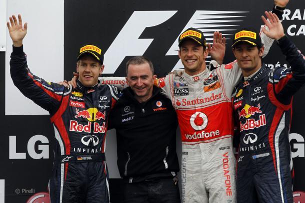 Jenson Button, Sebastian Vettel, Mark Webber y Paddy Lowe en el podio. Fuente: Pirelli