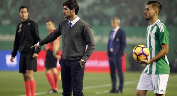 Víctor como técnico del Betis en el partido contra la UD Las Palmas. Imagen: Real Betis Balompié