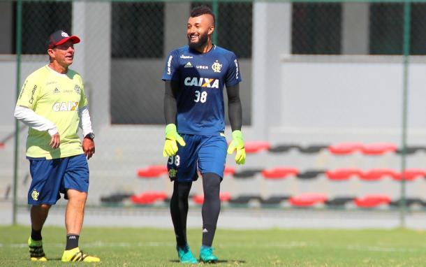 Victor Hugo ao lado do goleiro Alex Muralha (Foto: Gilvan de Souza/Flamengo)