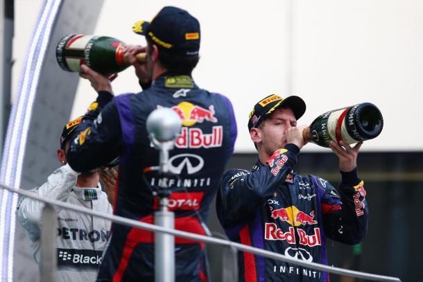 Mark Webber y Sebastian Vettel se evitan en uno de los podios más tensos que se recuerdan, el de Malasia 2013 | Fuente: Red Bull Racing