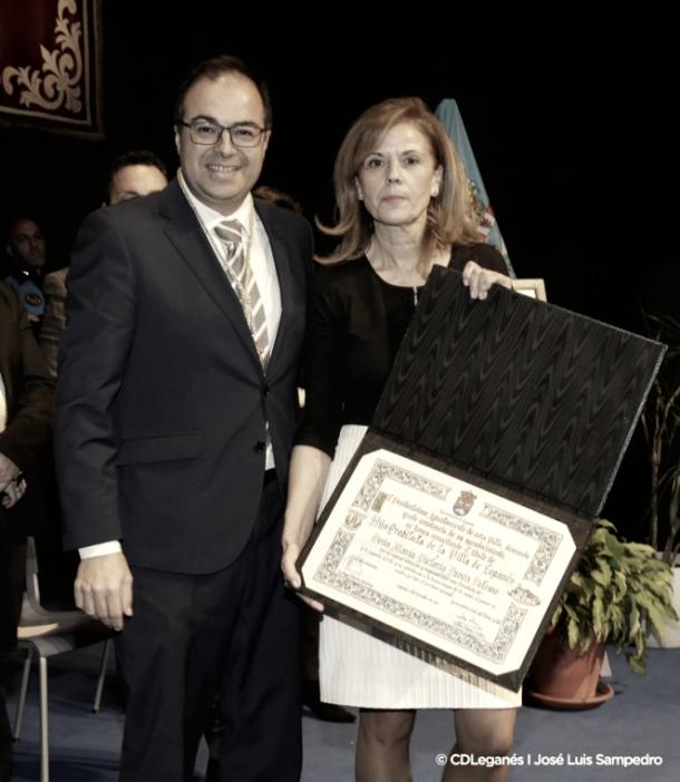 La presidenta recibiendo el distintivo | Foto: CD Leganés