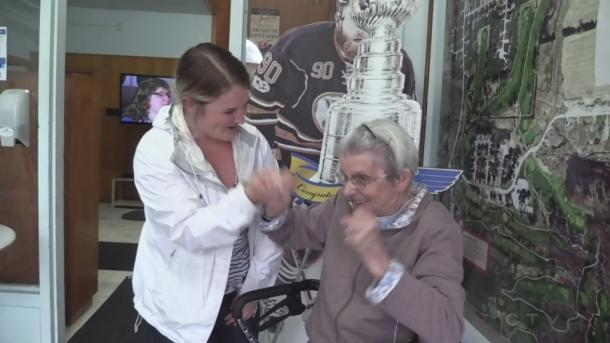 Deirdre O'Reilly de 99 años apoyando a su nieto | Foto: london.ctvnews.ca