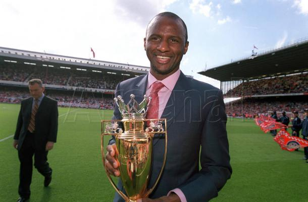 Vieira posa con el título del Arsenal de Los Invencibles   Fotografía: Arsenal