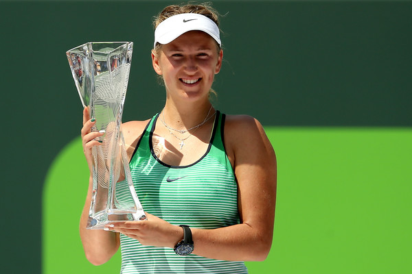 Happier times for Azarenka, holding the trophy at the Miami Open in April (Photo by Matthew Stockman / Source : Getty Images)