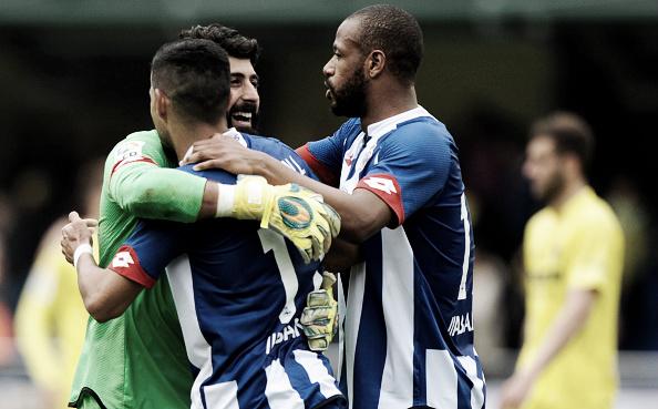 Jogadores do Deportivo comemoram vitória sobre Villarreal e garantia na primeira divisão(Foto: Jose Jordan/AFP/Getty Images)